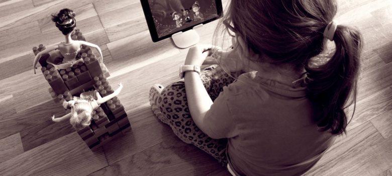 Imágen de una niña viendo una tablet